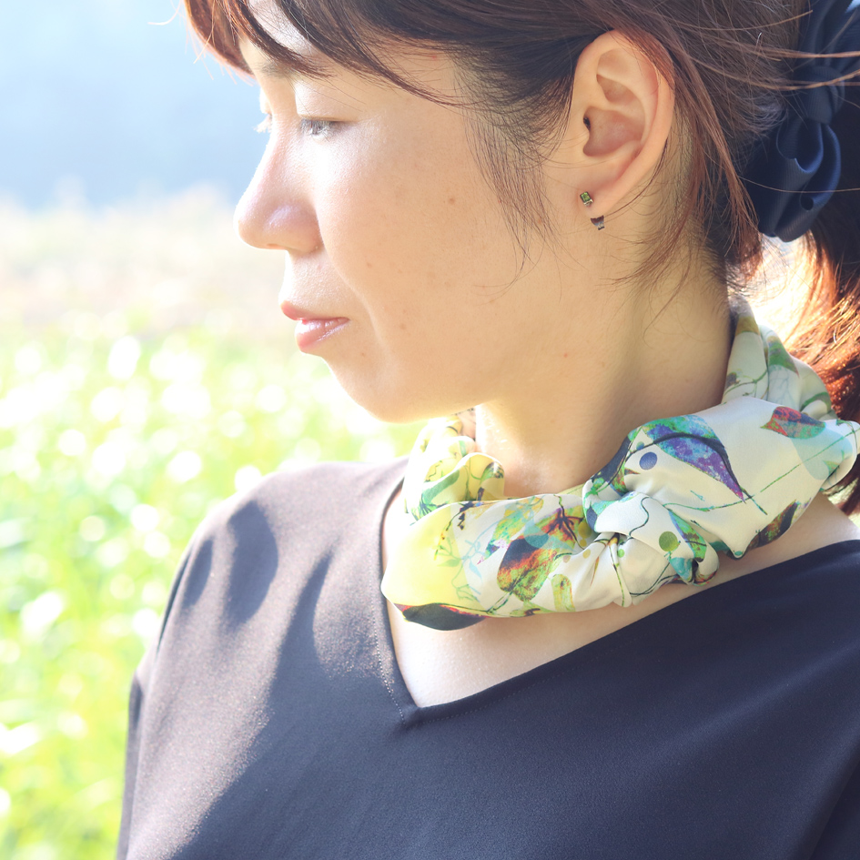 君は早乙女花イエローグリーンスカーフ